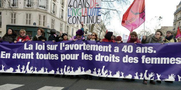 Des manifestant-e-s lors d'une marche à Paris le 17 janvier 2015 pour défendre les droits des femmes,...