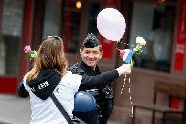 Paris - Montpellier: deux policiers donnent le coup d'envoi en hommage à leur collègue Xavier Jugele...