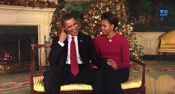 Michelle et Barack Obama en 2009, enregistrant leur premier message de Noël à la Maison