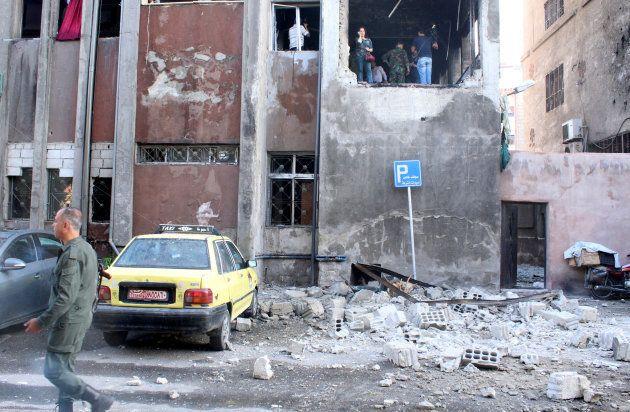Un soldat syrien à proximité de l'endroit où a été commis un attentat suicide début octobre. REUTERS/Firas