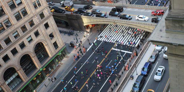 Les coureurs arrivent sur la 42ème rue à Manhattan la veille du Marathon de New York, le 4