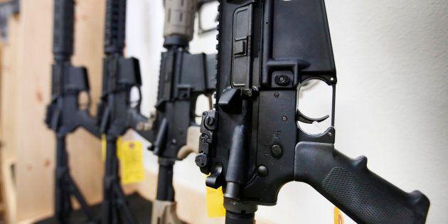 Des fusils semi-automatiques AR-15 dans une armurerie américaine, en juin