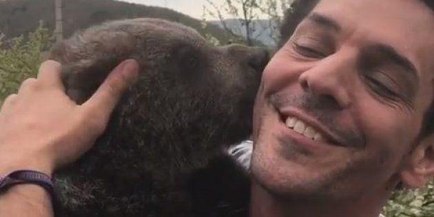 Tomer Sisley et l'ours qui l'accompagne pour un tournage à