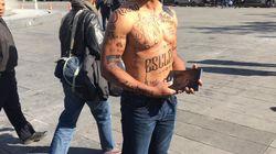 Il s'est fait tatouer des insultes racistes sur le corps pour dénoncer la