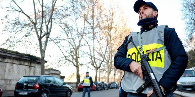 Un policier en patrouille dans le centre-ville de Rome le 24