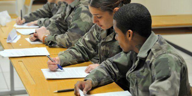 Macron ou Le Pen, les jeunes électeurs intrigués par les programmes sur le service militaire (Photo d'illustration,...
