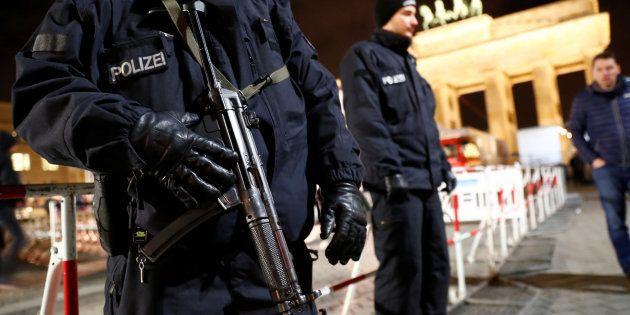 Des policiers allemands devant la porte de Brandebourg à Berlin, où un Tunisien suspecté d'être lié à...