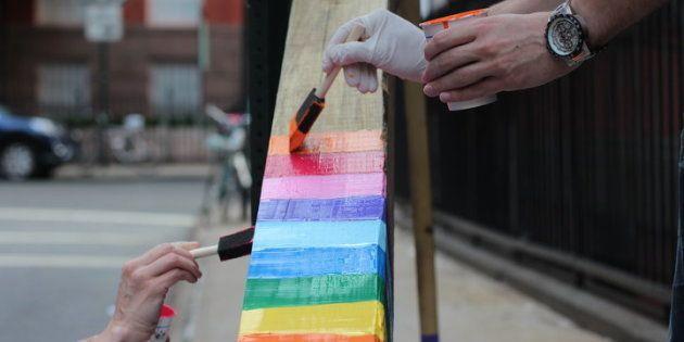 Les habitants de cette rue new-yorkaise ont fait de cette croix enchaînée à leur porte le plus beau des symboles