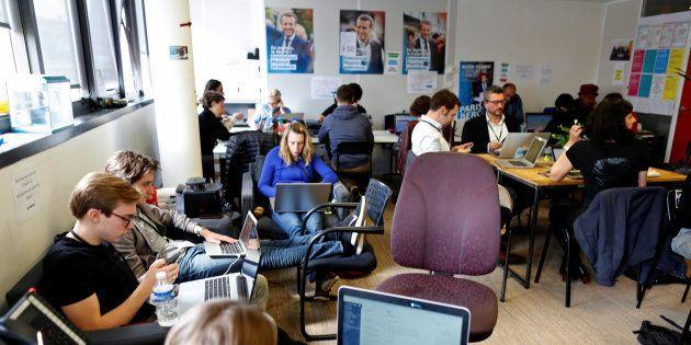 Des militants d'En Marche! au QG de campagne d'Emmanuel Macron au mois