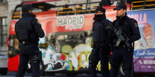 Des policiers patrouillant à la Puerta del Sol à Madrid en