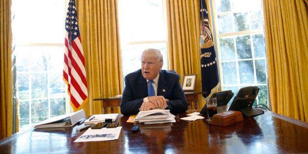 Donald Trump a un petit bouton rouge caché sous son bureau pour ses moments de