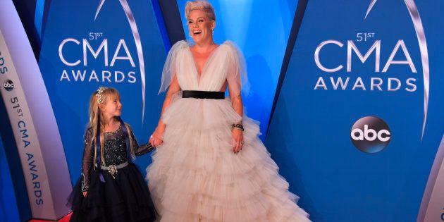 Pink et sa fille de 6 ans Willow Sage Hart sur le tapis rouge de la 51ème cérémonie des Country Music...