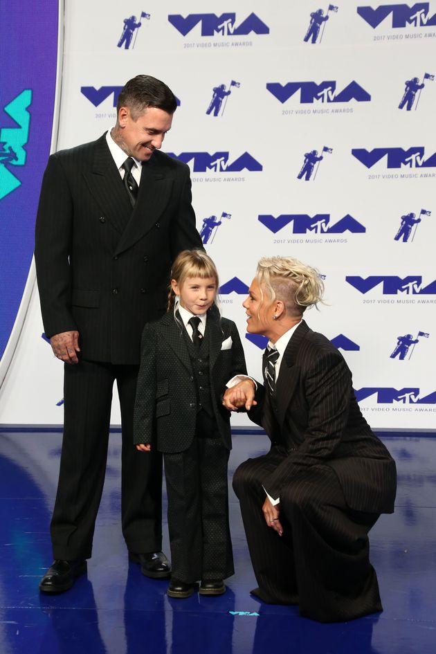 Pink, son mari Carey Hart et leur fille Willow au photocall des MTV Videm Music Awards le 27 août