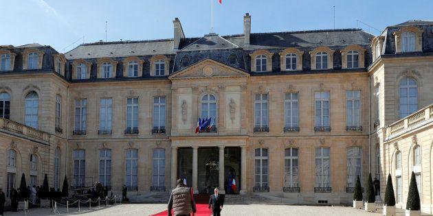 Partout, le chef de l'État rassemble, en France, il est celui qui