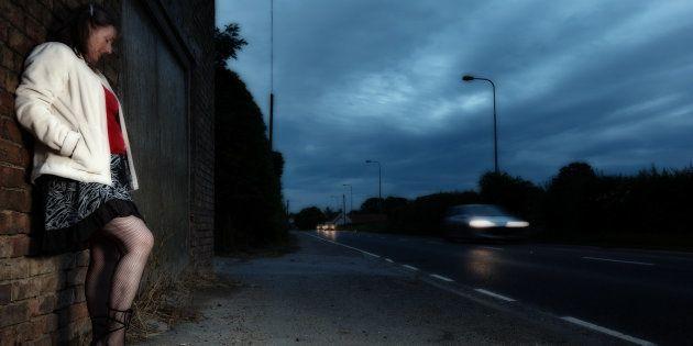Il y a urgence absolue à aider les personnes en situation de prostitution mais le gouvernement coupe...