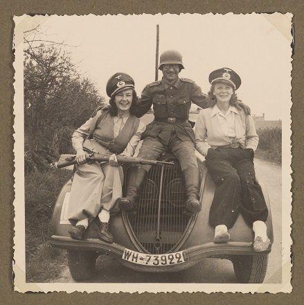 Album-souvenir d'Isabelle H. (Paris, séjours en Normandie et sur la côte d'Azur en compagnie d'un officier...