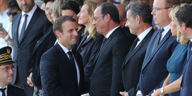 Emmanuel Macron saluant son prédécesseur François Hollande lors de la cérémonie du premier anniversaire...
