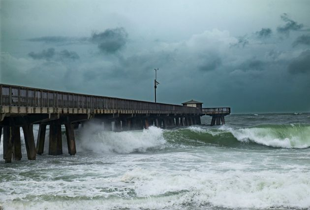 Des vagues heurtent la jetée de Pompano à la suite de la montée des eaux provoquée par l'ouragan