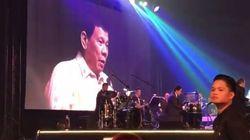 Le président philippin chante une chanson d'amour