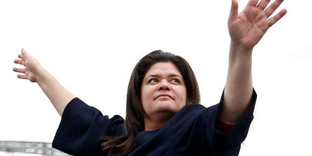 Raquel Garrido sur le canal de l'Ourq pendant la campagne de Jean-Luc Mélenchon en avril