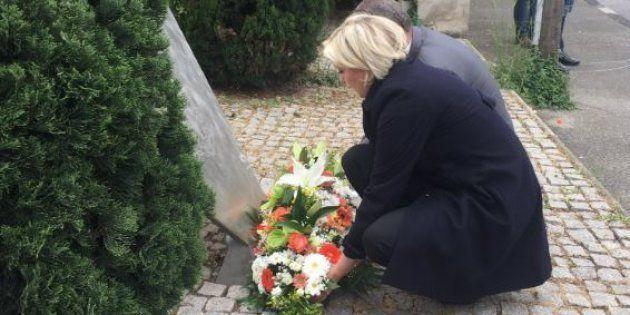 Marine Le Pen a déposé une gerbe de fleurs devant une stèle à