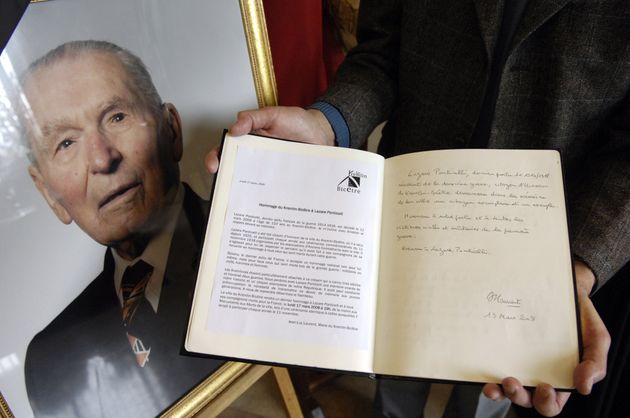 Le registre de condoléances placé à côté du portrait de Lazare Ponticelli le 13 mars 2008 au