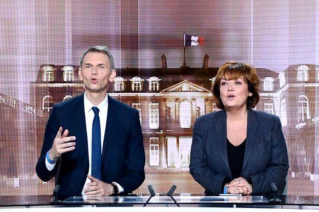 Christophe Jakubyszyn et Nathalie Saint-Cricq sur le plateau du débat d'entre-deux-tours, le 2