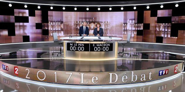 Christophe Jakubyszyn et Nathalie Saint-Cricq prennent la pose sur le plateau du débat de l'entre-deux-tours,...