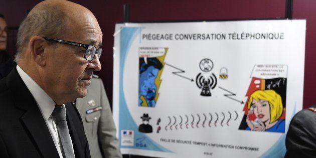 Jean-Yves Le Drian en visite à la Direction générale de l'armement (DGA) le 12 décembre 2016 à Bruz,...