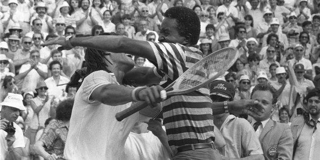 Yannick Noah et son père Zacharie Noah sur le court de tennis après sa victoire à Rolland Garros contre...
