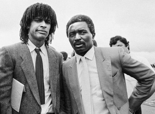 Yannick Noah et son père Zacharie le 20 juin 1983 à Yaoundé, lors d'une visite officielle du président...