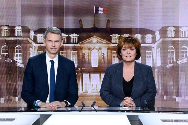 Christophe Jakubyszyn et Nathalie Saint-Cricq prennent la pose sur le plateau du débat, le 2