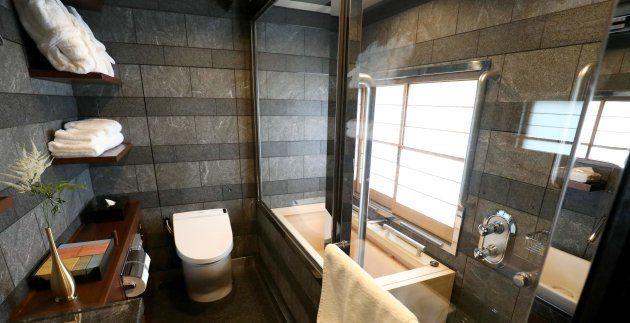 Salle de bain d'une des suites du