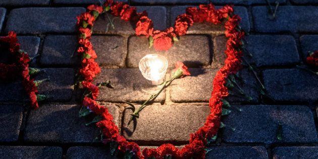 Des fleurs et une bougie, en souvenir des victimes du terrorisme à Istanbul, janvier 2016. / AFP PHOTO...