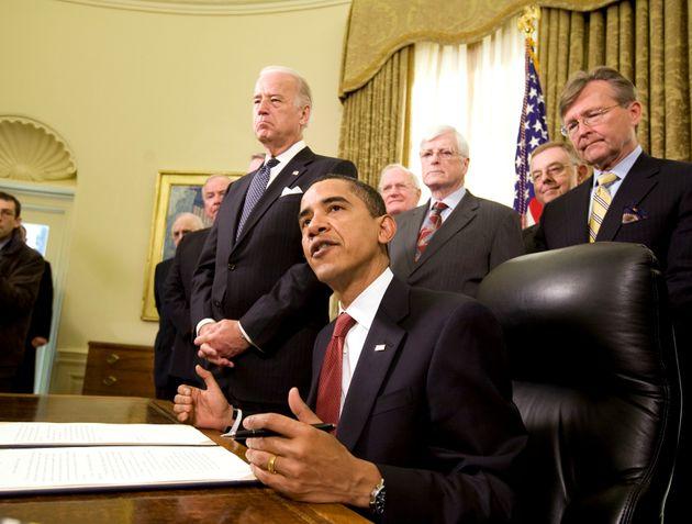 Le président Obama signe le décret fermant Guantanamo dans le Bureau ovale, en janvier