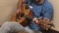 Ce vétérinaire joue de la guitare pour calmer les animaux avant de les