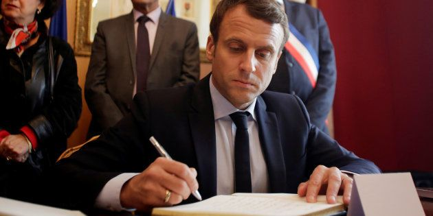 Emmanuel Macron signe le livre d'or lors de sa visite à Oradour-sur-Glane le 28 avril