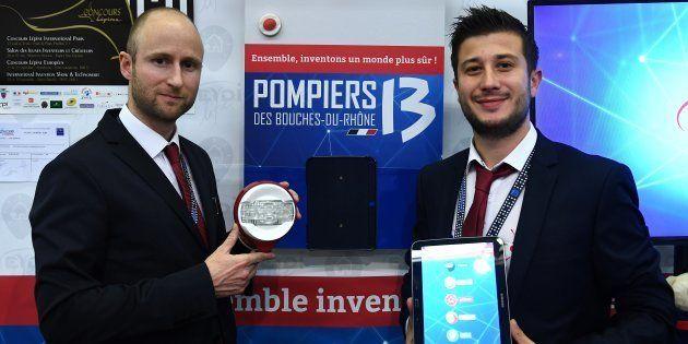 Le vainqueur du Concours Lépine 2017, Alexandre Defromont (à gauche) pose avec son invention, le 6