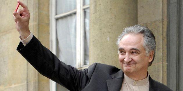 Jacques Attali, sur le perron de l'Elysée, le jour où il a rendu son rapport à Nicolas Sarkozy, sur la...