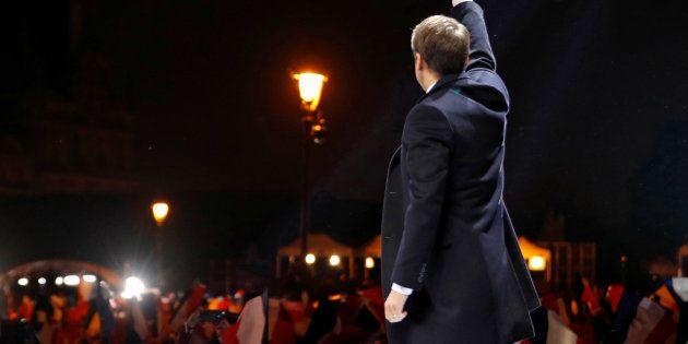 Le nouveau président élu, Emmanuel Macron, saluant le public venu le saluer au pied de la pyramide du