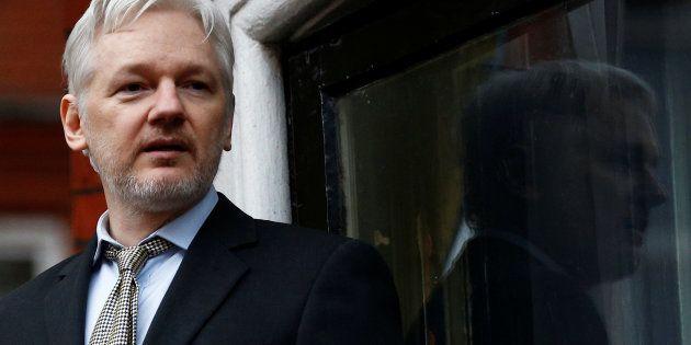 Le fondateur de WikiLeaks Julian Assange donne un discours depuis le balcon de l'ambassade équatorienne...