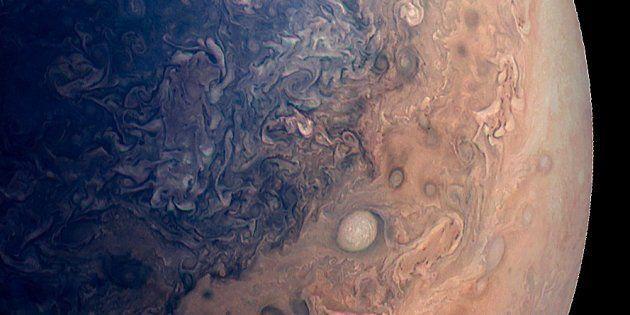 Une photo de Jupiter vue par Juno (image traitée par