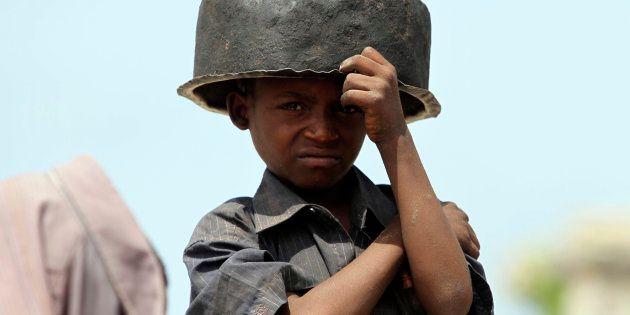 Un enfant somalien attend une distribution de nourriture à