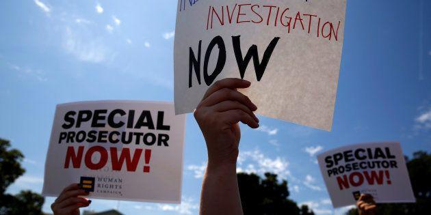 Des manifestants devant la Mais Blanche, à Washington, le 10 mai 2017, réagissent au limogeage du patron...
