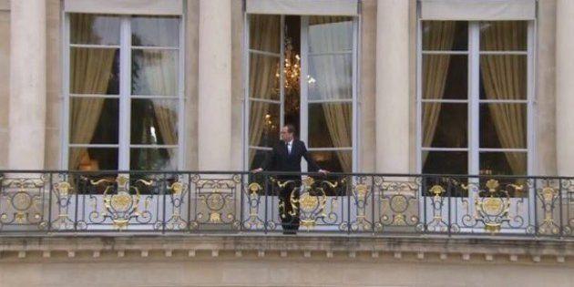 Avant l'investiture d'Emmanuel Macron, François Hollande jette un dernier coup d'oeil depuis le balcon...