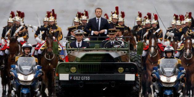 Passation solennelle, défilé en véhicule militaire, agenda international... Macron endosse l'uniforme