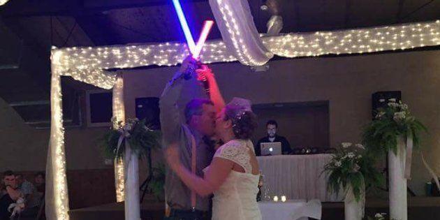 Ces jeunes mariés font un duel de sabre laser pour l'ouverture de leur bal de