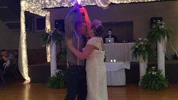 Ces jeunes mariés font un duel de sabre laser comme première