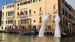 Pourquoi ces mains géantes sortent de l'eau à