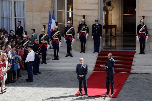 Le Premier ministre Édouard Philippe applaudit son